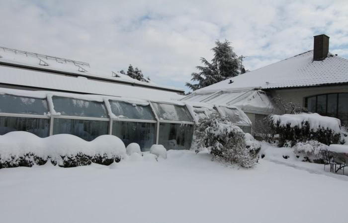 schwimmbadüberdachung-eine-hohe-schwimmbadüberdachung-im-winter