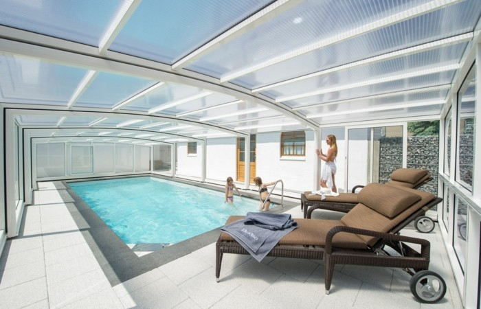 schwimmbadüberdachung-hier-sind-noch-schöne-mittelhohe-schwinmmbadüberdachungen