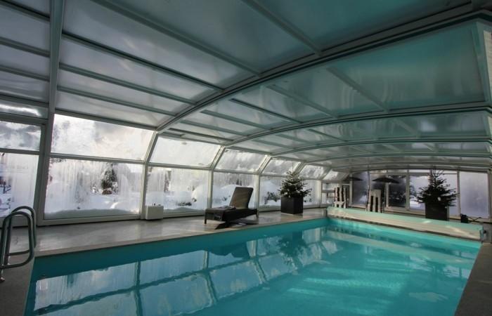 schwimmbadüberdachung-mit-einer-hohen-schwimmbadüberdachung-wird-das-wasser-geschützt