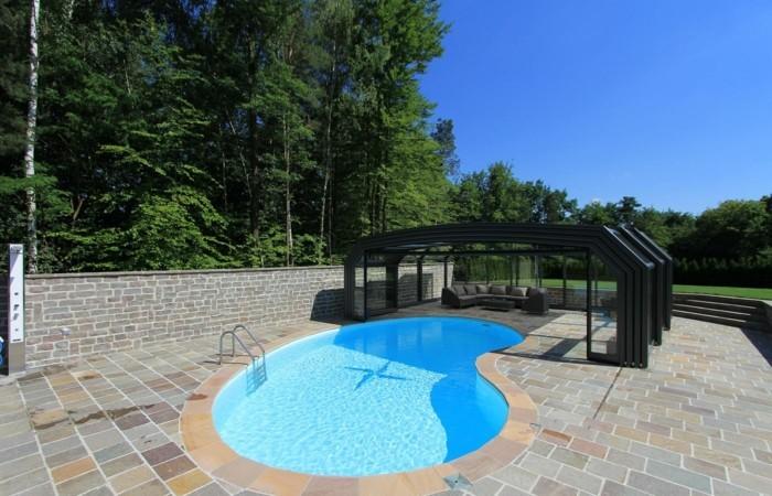 schwimmbadüberdachung-mit-hohen-poolüberdachungen-den-garten-verschönern
