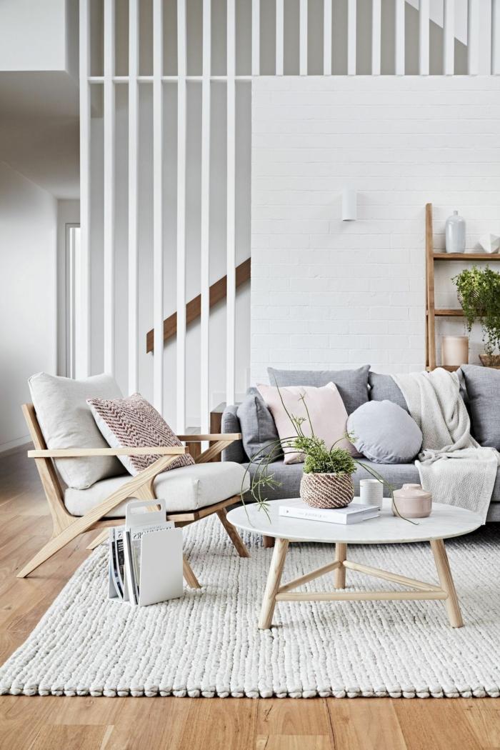 skandinavische Inneneinrichtung, sichtbare Balken, helle Töne, großer Spiegel, Sofa aus Leder, Wohnzimmer gestalten