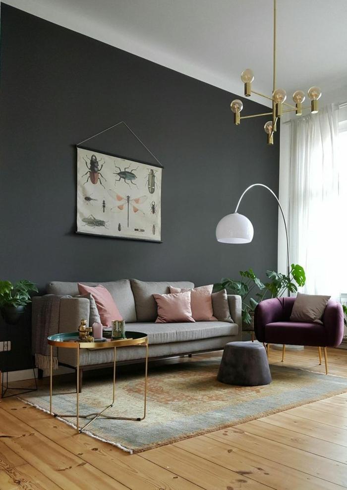 Poste mit Insekten, Holzboden, moderne Inneneinrichtung, lila Sessel, Wohnzimmer ideen modern, dunkle Farbe der Wand