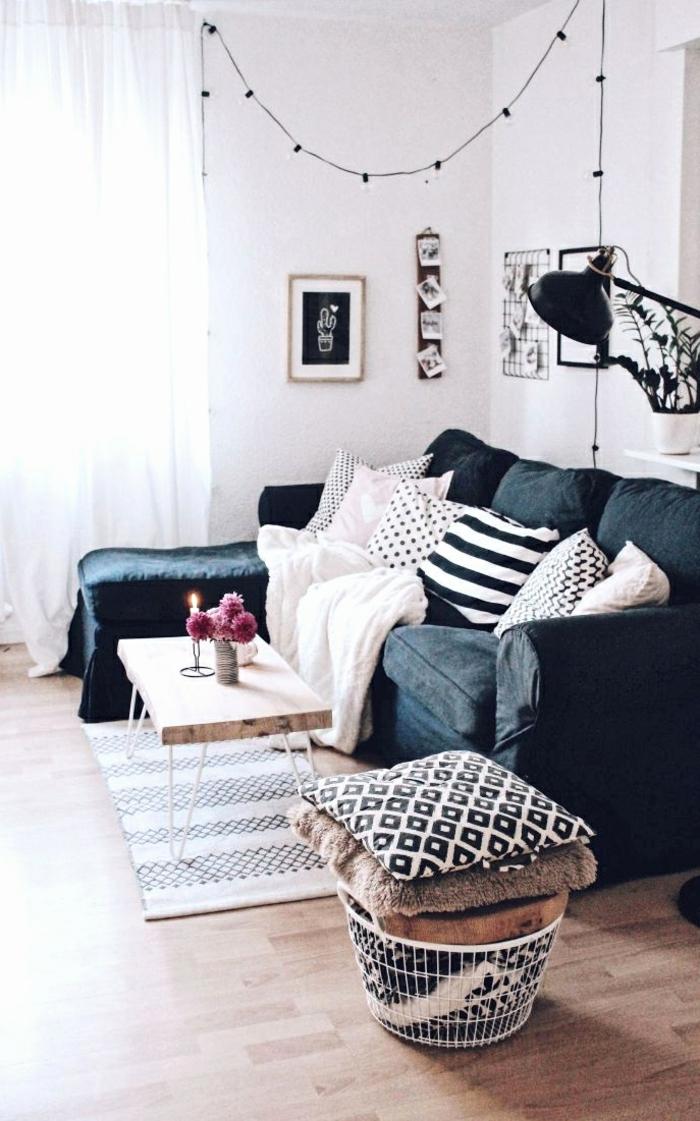 Korb mit verschiedene Kissen, kleines Wohnzimmer einrichten, hängende kleine Lichter, Kaffeetisch aus Holz