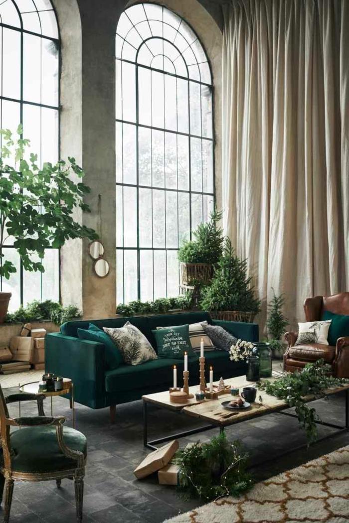 Sehr hohe Fenster, Couch in grün, Tisch aus Holz, Sessel aus Leder, einrichtungsideen Wohnzimmer, Leuchter