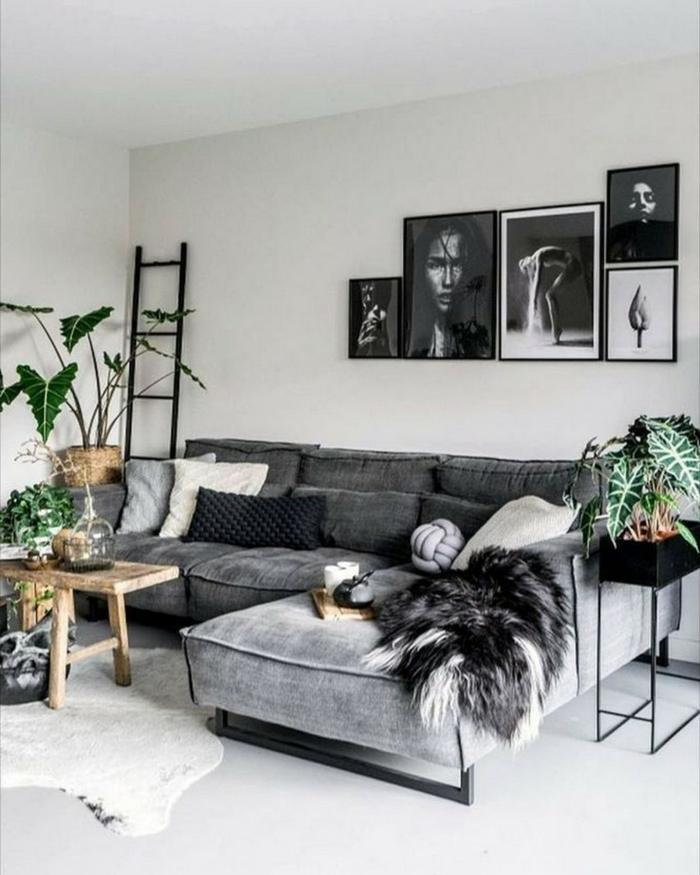 hippe Inneneinrichtung, schwarz-weiße Fotografie, Ecksofa, Leiter, verschiedene Pflanzen, Wohnzimmer einrichten Beispiele
