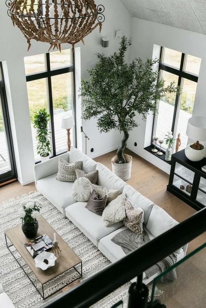 sehr hohe decke, monochromatische Farbgestaltung, großer Baum, Wohnzimmer einrichten Beispiele