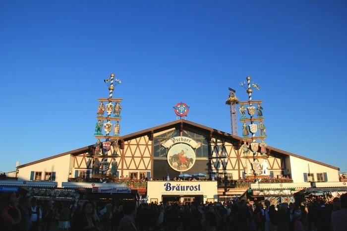 Bilder-Oktoberfest-mit-hohen-Figuren