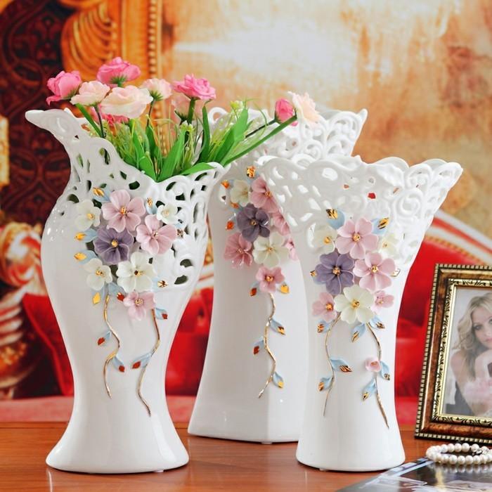 Blumenvasen-Deko-mit-Muster-von-Blumen