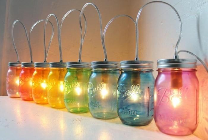 Deko-basteln-bunte-Gläser-mit-Glühbirnen