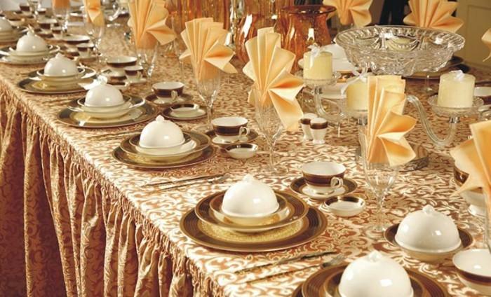 Festliche-Serviettenformen-in-goldener-Farbe