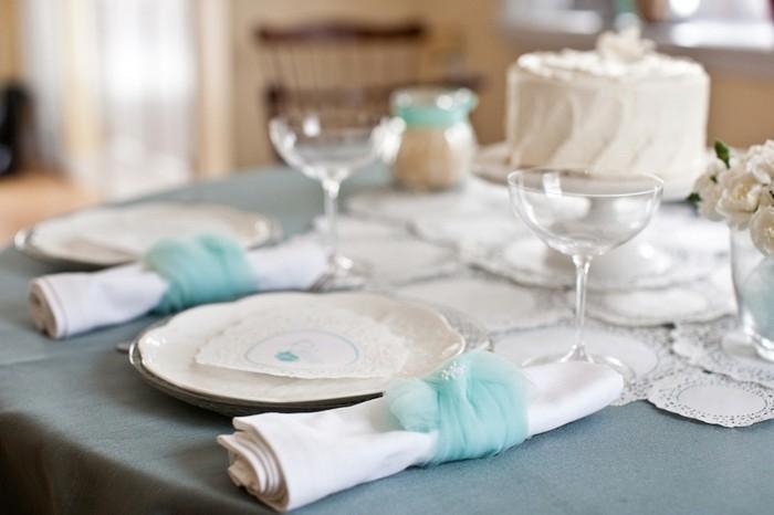Festliche-Serviettenformen-mit-blauen-Bändern