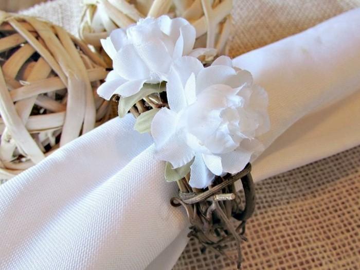 Festliche-Serviettenformen-mit-weißen-Blumen
