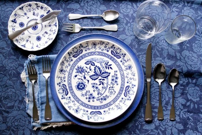 Festlicher-Tisch-Geschirr-mit-Blumen-Muster