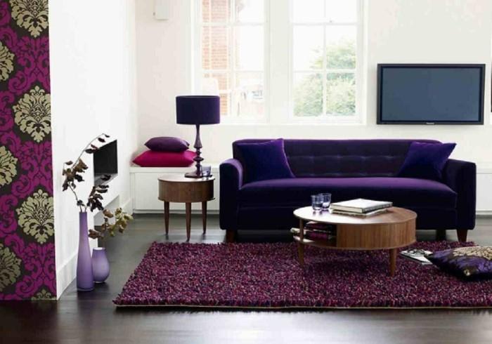 Flieder-Farbe-Sofa-und-Tapete