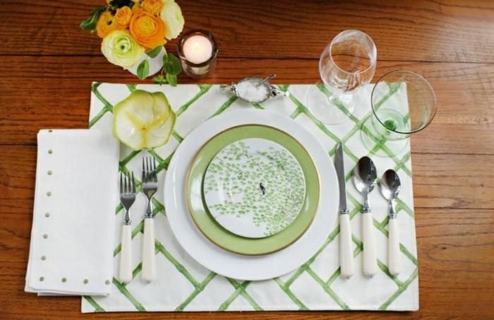 Gedeckte-Tafel-mit-grünen-Motiven-auf-dem-Teller