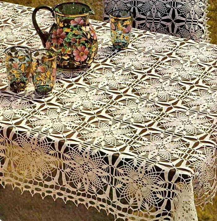 Gehäkelte-Tischdecke-mit-Quadrat-Muster