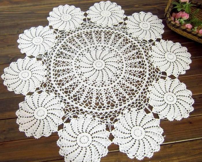 Gehäkelte-Tischdecke-mit-zehn-Blumen
