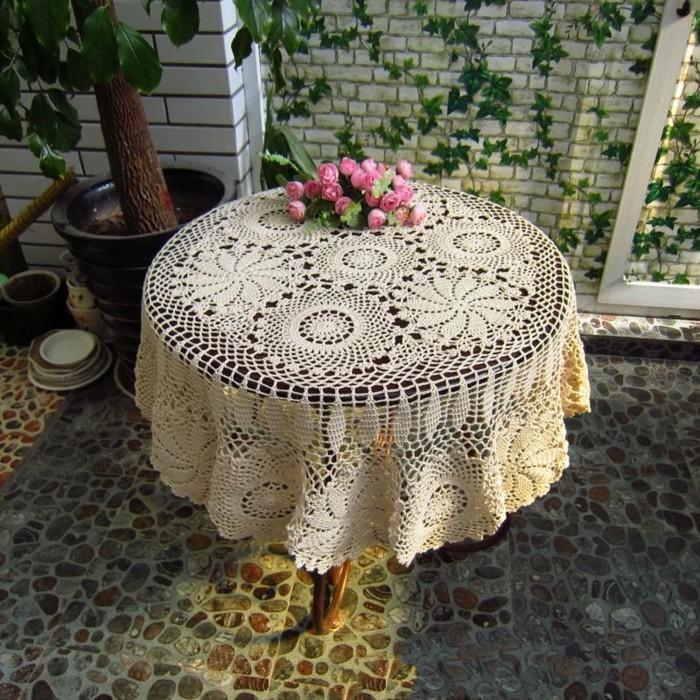 Gehäkelte-Tischdecke-mit-zwei-Muster