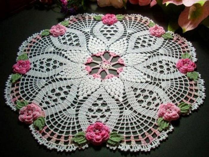 Gehäkelte-Tischdecke-rosa-und-grün-mit-verschiedener-Mitte