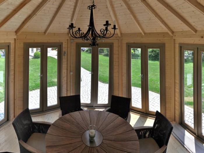 Holz-Pavillon-mit-rundem-gartentisch