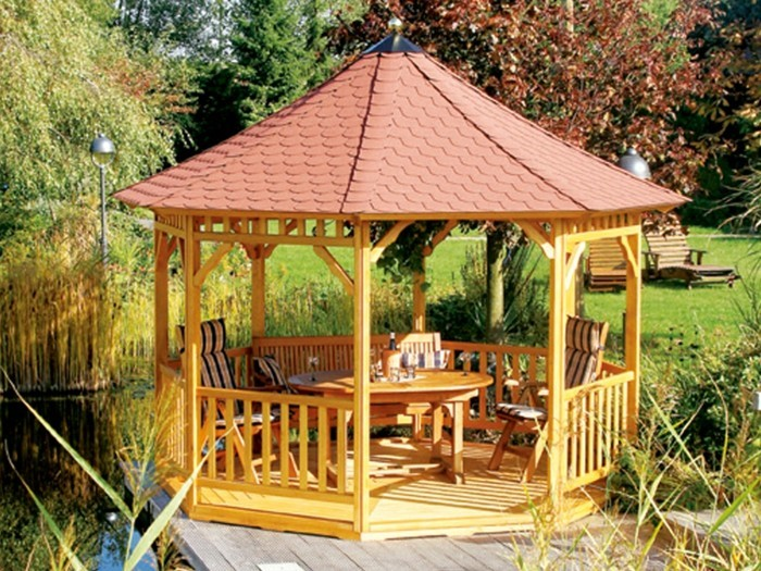 Holz-pavillon-im-garten-geländer