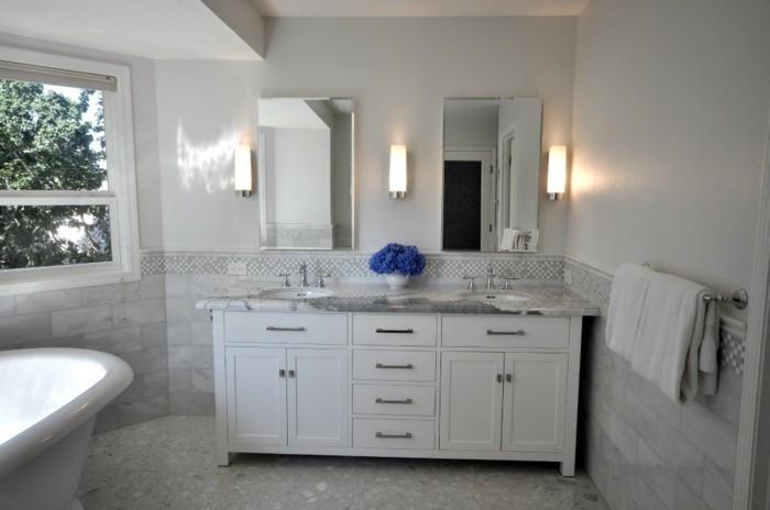 Italienische-Badfliesen-in-symmetrischem-Badezimmer