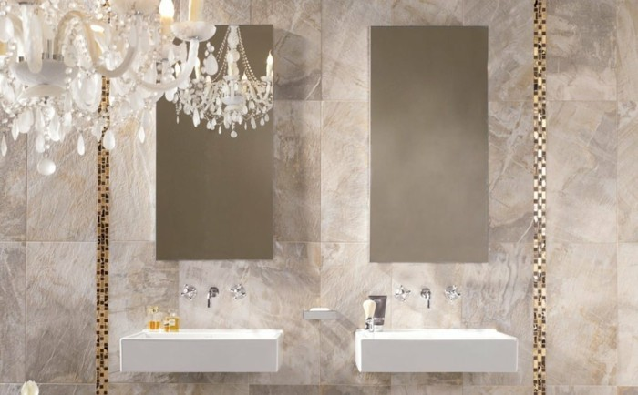 Italienische Dusche Selber Bauen : ein Kronleuchter im Badezimmer mit italienischen Fliesen