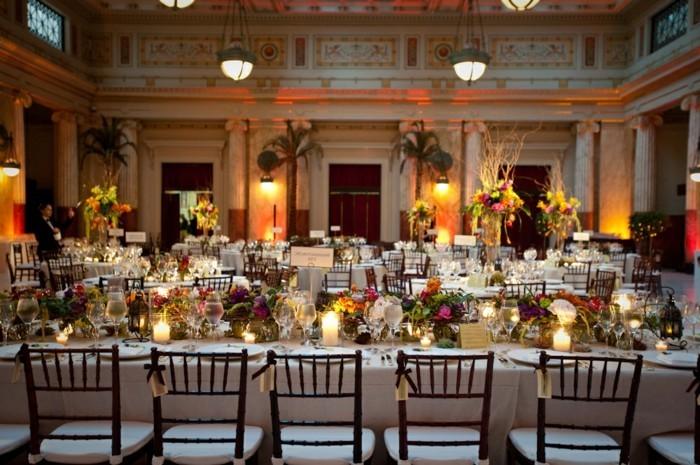 Kerzen-Tischdeko-für-schicke-Hochzeit