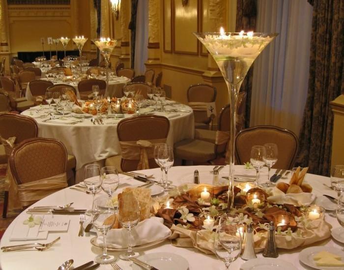 Kerzen-Tischdeko-in-hohem-Kerzenständer