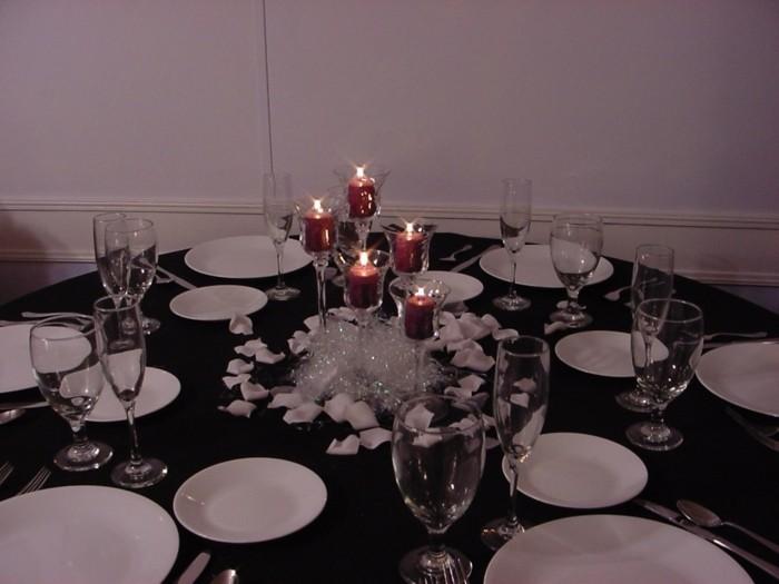 Kerzen-Tischdeko-mit-roten-Kerzen
