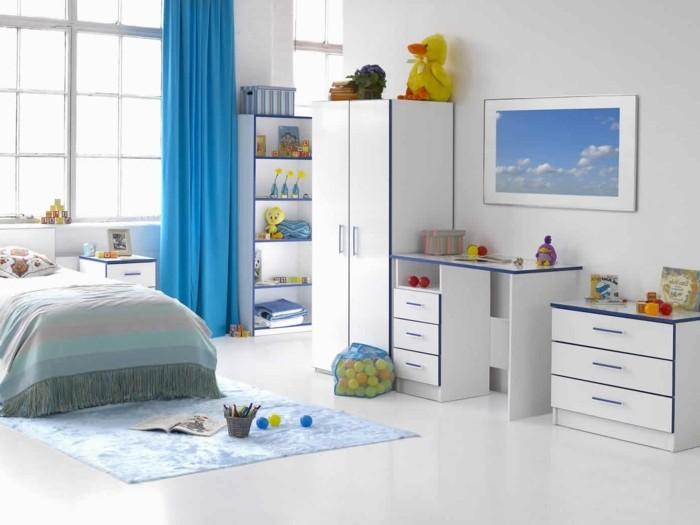 Kinderzimmer-Junge-mit-blauen-Vorhängen