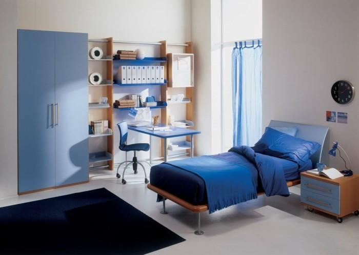 Kinderzimmer-Junge-mit-blauer-Bettdecke