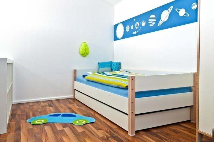 Kinderzimmer-Junge-mit-dem-Sonnensystem