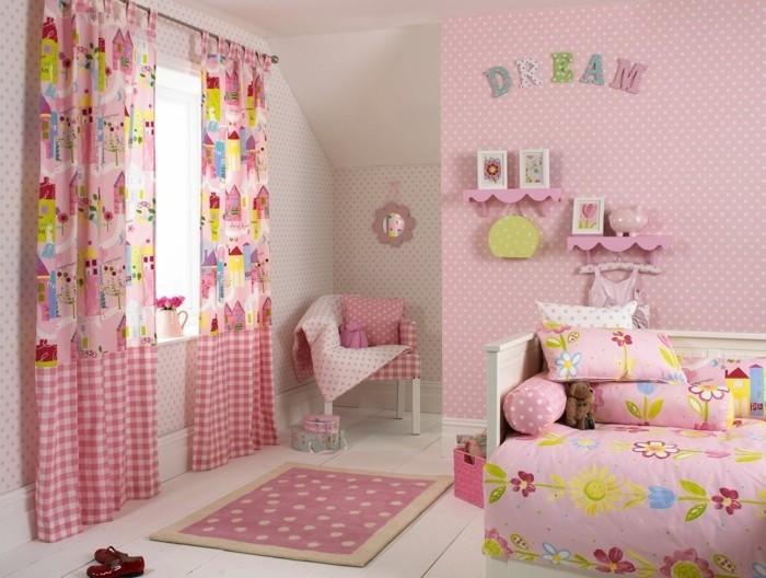 Kinderzimmer-Mädchen-mit-Aufschrift-Traum