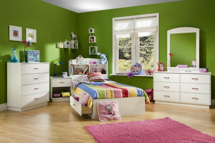 Mädchen-Kinderzimmer-mit-grünen-Wände-und-rosa-Teppich