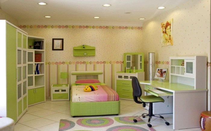Mädchen-Kinderzimmer-mit-vielen-kleinen-Blumchen