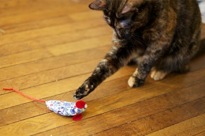 Maus-basteln-für-die-Katze-zum-Spielen