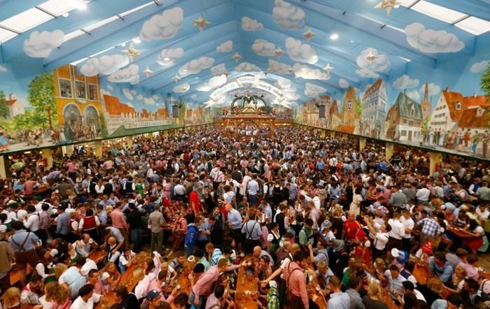 Oktoberfest-Bilder-unter-dem-Dach