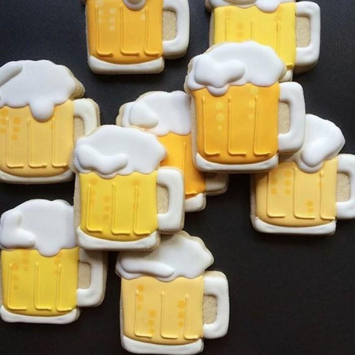 Oktoberfest-Deko-Figuren-von-Bierkrügen