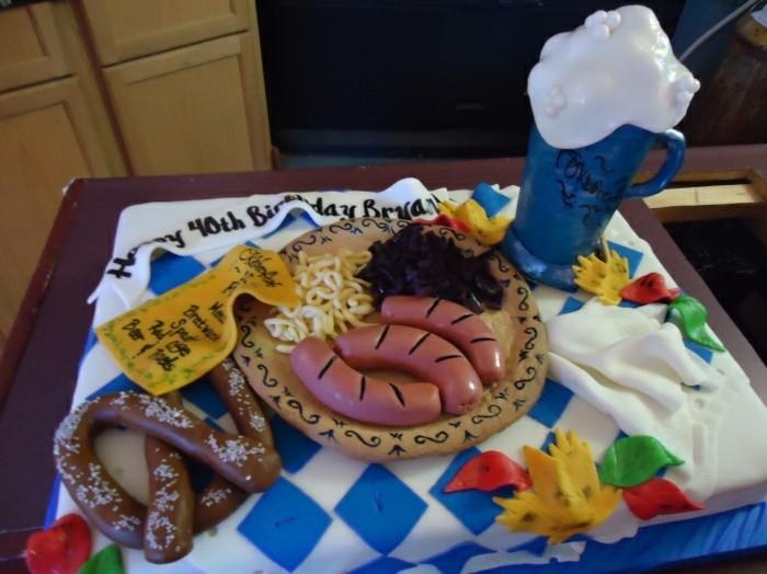 Oktoberfest-Deko-eine-thematische-Torte-mit-Wurst