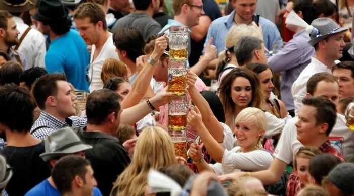 Oktoberfest-Fotos-ein-Turm-aus-Bier