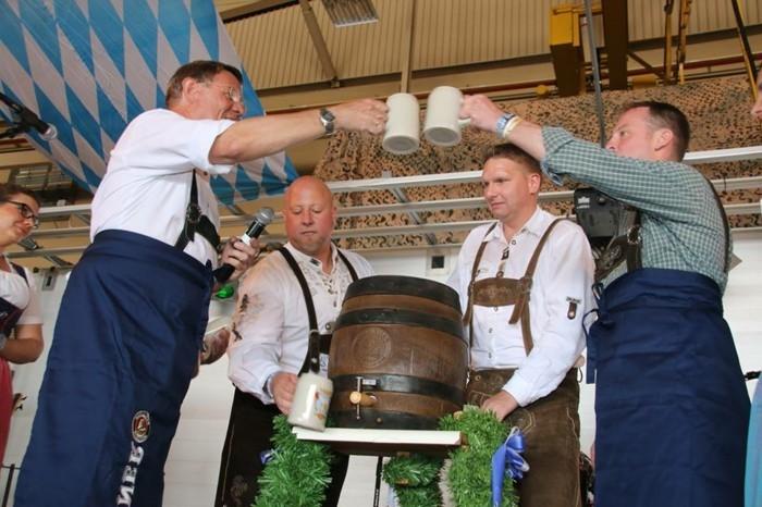 Oktoberfest-Fotos-mit-den-offiziellen-Krügen