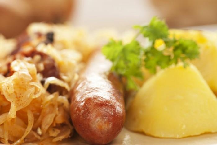 Oktoberfest-Gerichte-Wurst-Kartoffel-Kraut