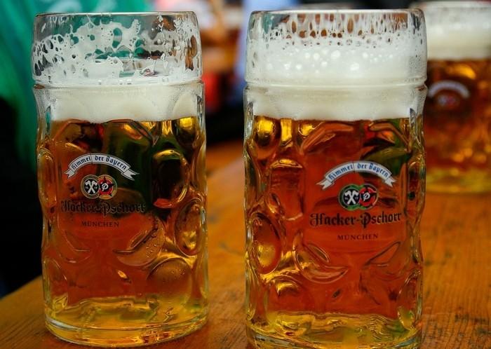Oktoberfest-München-die-Krüge-sind-groß