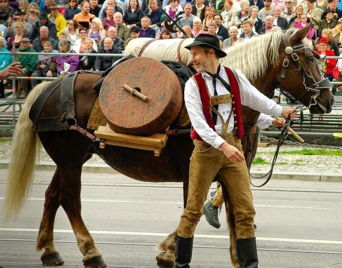 Oktoberfest-München-die-Parade-mit-Pferden-zwei
