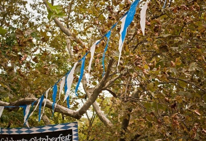 Oktoberfest-Party-die-blauen-und-weißen-Girlanden
