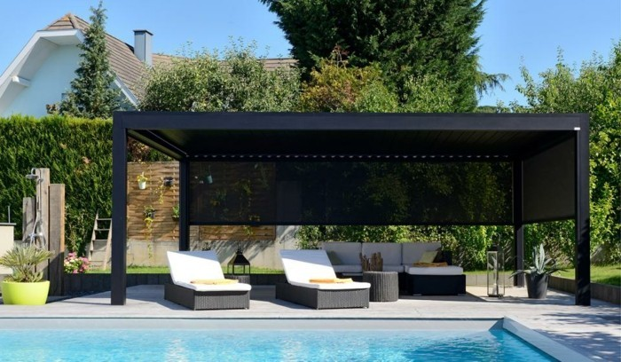 Pergola-metall-am-pool-lounge-möbel