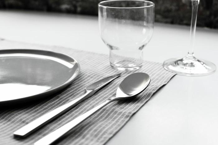 Richtig-Tischdecken-Löffel-Messer-und-Glas