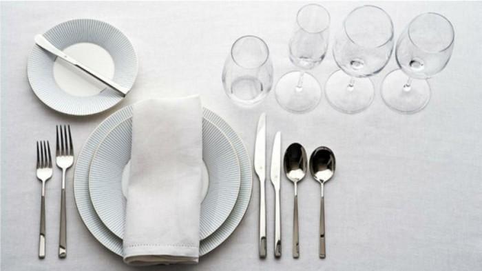 Koristite pribor za jelo od spolja ka tanjiru