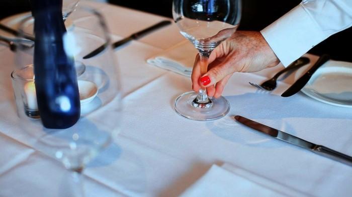 Richtig-Tischdecken-wo-man-Weingläser-stellt